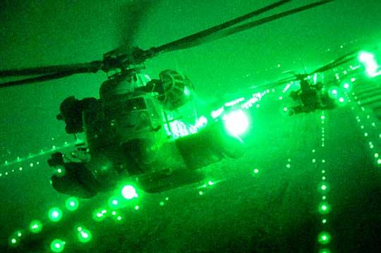 Śmigłowce MH-53M Pave Low IV z 20th (Expeditionary) SOS krótko po starcie z lotniska w Balad w Iraku do swojej ostatniej misji operacyjnej podczas OIF, 26/27 września 2008 r.