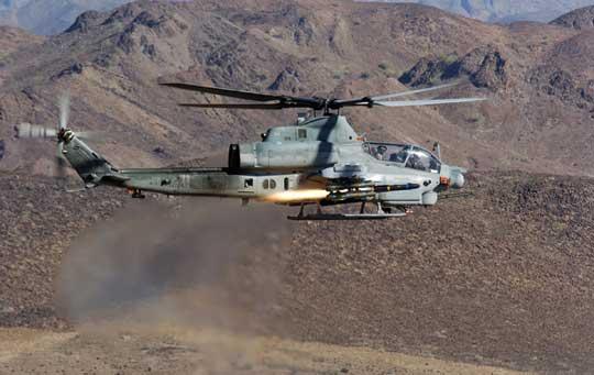 Maksymalna liczba przenoszonych przez AH-1Z przeciwpancernych pocisków kierowanych AGM-114A/B/C Hellfire wynosi szesnaście sztuk. Dysponują one zasięgiem 7000-8000 m i są zdolne do zniszczenia każdego współczesnego opancerzonego wozu bojowego, w tym z pancerzem reaktywnym. Fot. Bell.