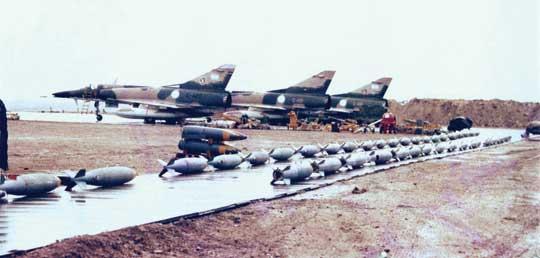 Brak schronów na lotnisku w Port Stanley na Malwinach spowodował, że nie było możliwe przerzucenie na nie odrzutowych samolotów bojowych, bez obawy że szybko zostaną zniszczone przez brytyjskie lotnictwo.