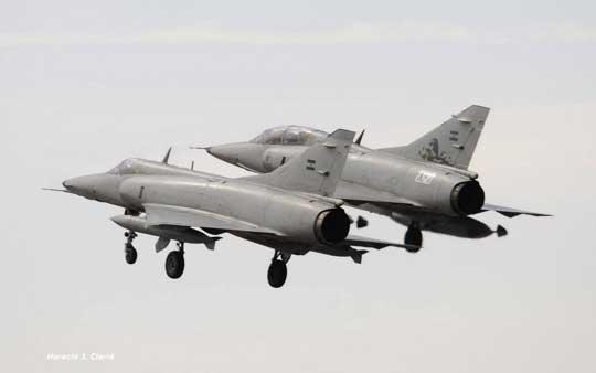 Najliczniejszym argentyńskim samolotem myśliwsko bombowym jest Douglas A-4 Skyhawk używany od połowy lat sześćdziesiątych w liczbie stu kilkudziesięciu sztuk przez siły powietrzne i lotnictwo morskie.