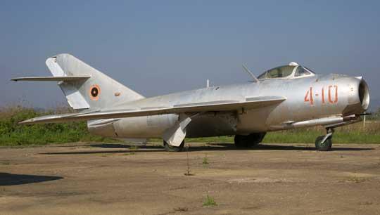 W 1962 r. z Chińskiej Republiki Ludowej albańskie lotnictwo otrzymało 8 samolotów myśliwskich F-5, będących licencyjną kopią sowieckich myśliwców MiG-17F. Wyróżniał je silnik wyposażony w dopalacz.