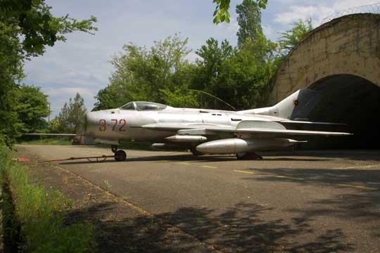F-6 (MiG-19S) były najliczniejszymi myśliwcami naddźwiękowymi Albanii, ale nim wprowadzono je do linii w 1959r. zZSRR sprowadzono 12 myśliwców MiG-19PM, które w1965 r. odstąpiono ChRL do skopiowania.