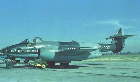 Pierwszymi samolotami odrzutowymi argentyńskiego lotnictwa wojskowego stały się myśliwce Gloster Meteor F Mk 4 zakupione w 1947 r. w Wielkiej Brytanii w liczbie 100 sztuk (wycofane z użytku w 1970 r.).