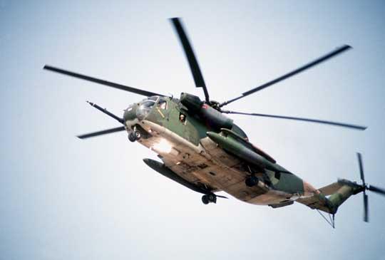 """HH-53C Super Jolly podczas manewrów """"Team Spirit"""" w Korei Południowej w marcu 1982 r. Na pylonach po bokach sponsonów podwieszone dodatkowe 450-galonowe zbiorniki paliwa. Na wlotach powietrza do silników zainstalowane filtry EAPS (Engine Air Particle Separator)."""