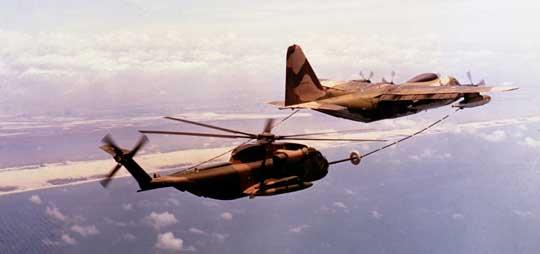 HH-53C uzupełnia paliwo z samolotu Lockheed HC-130 King Bird. Zdolność do tankowania paliwa w locie pozwoliła śmigłowcom Super Jolly objąć zasięgiem działania cały obszar Wietnamu Północnego.