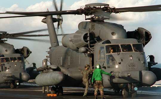 """MH-53J Pave Low IIIE (69-5796) z 20th SOS na pokładzie lotniskowca USS George Washington (CVN-73) podczas manewrów """"Fleet Exercise 2-94"""" w kwietniu 1994 r. Sylwetki członków załogi i obsługi pokładowej dają wyobrażenie owielkości tego śmigłowca."""