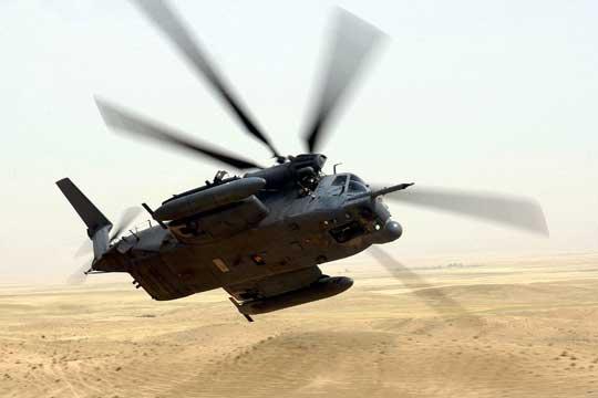 """MH-53M Pave Low IV z 21st SOS z RAF Mildenhall w locie bojowym nad północnym Irakiem podczas operacji """"Iraqi Freedom"""" (OIF), 25 kwietnia 2003 r."""