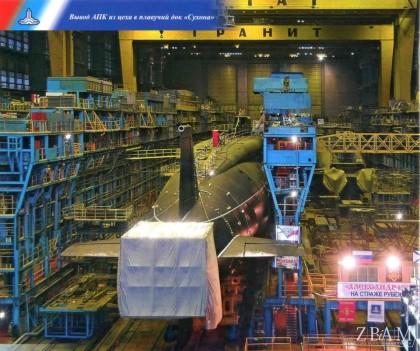 Uroczystość wytoczenia z hali Siewmasza strategicznego atomowego okrętu podwodnego Aleksandr Niewskij projektu 955. Z prawej widać bardziej interesującą nas jednostkę – niedokończonego Biełgoroda.