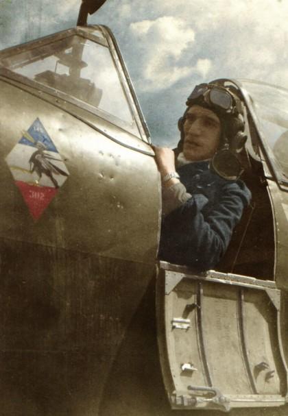 Kpr. pchor. Mieczysław Krysakowski, który służył w 302 Dywizjonie pod koniec wojny, od marca 1945 r. Doskonale widoczne godło jednostki i miejsce jego malowania na kadłubie samolotu. Pilot w kabinie Spitfire'a LF.XVI