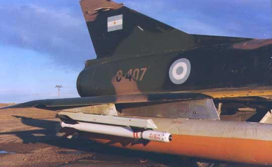 """W 1981 r. Argentyńczycy wprowadzili do uzbrojenia 350 kierowanych rakiet """"powietrze-powietrze"""" Shafrir 2, ale pod wieloma względami ustępowały one rakietom AIM-9L, którymi dysponowało lotnictwo brytyjskie."""
