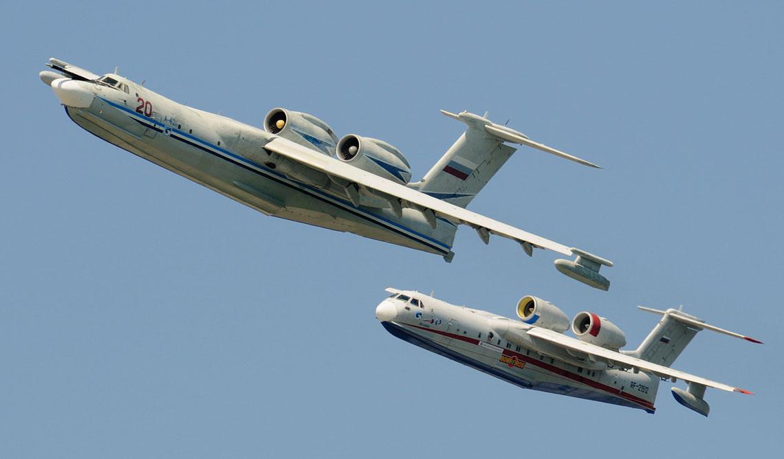 Na zdjęciu samoloty-amfibie Beriew A-40 (na pierwszym planie) oraz Be 200.