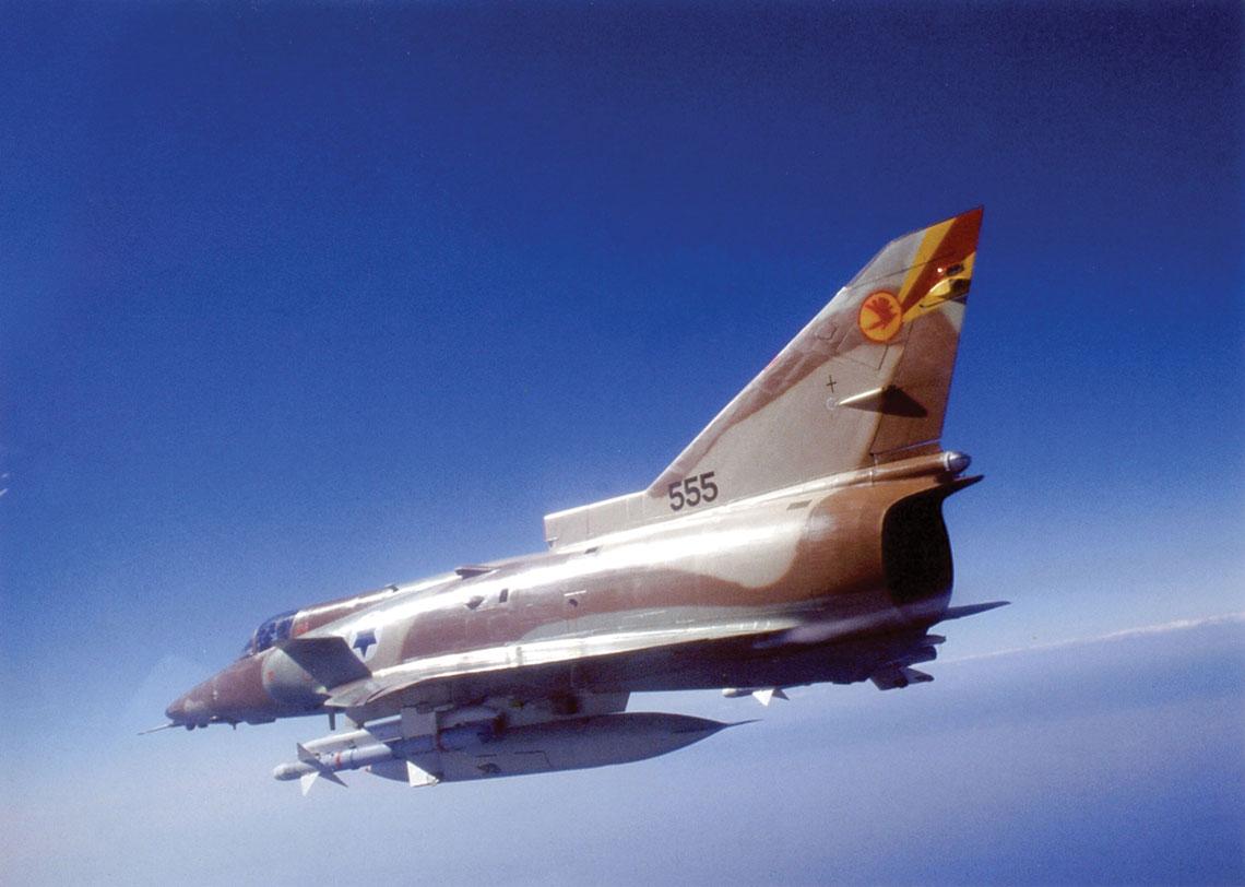 """Kfir C-7 z numerem bocznym 555, noszący nazwę własną """"Szabtaj"""" (Saturn), należący do 144. tajeset. Maszyna ma podwieszone kierowane pociski rakietowe """"powietrze-powietrze"""" małego zasięgu Rafael Python 3."""