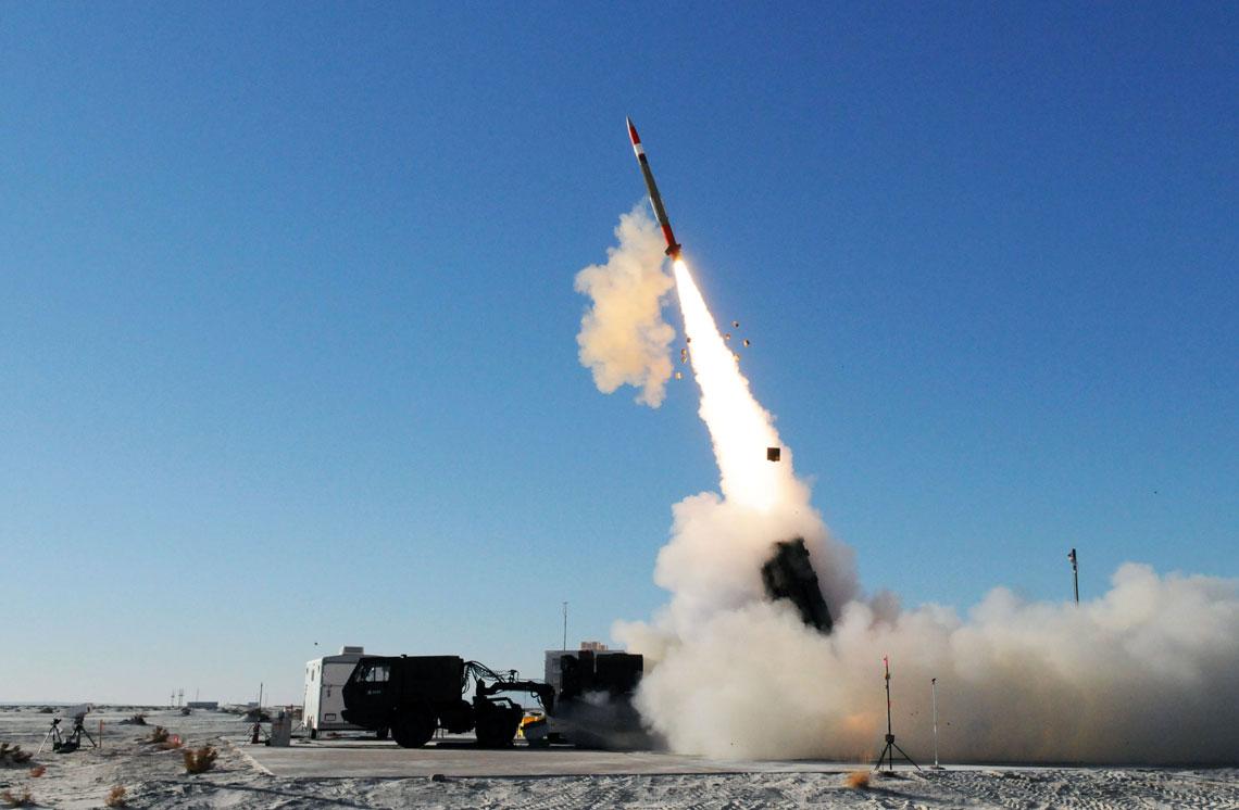 MEADS, powstający we współpracy Stanów Zjednoczonych, Niemiec i Włoch, to perspektywiczny przeciwlotniczy i przeciwrakietowy system średniego zasięgu, o wysokiej skuteczności (dzięki wykorzystaniu pocisku PAC-3 MSE niszczącego cel bezpośrednim trafieniem) i bardzo dobrej relacji koszt-efekt.