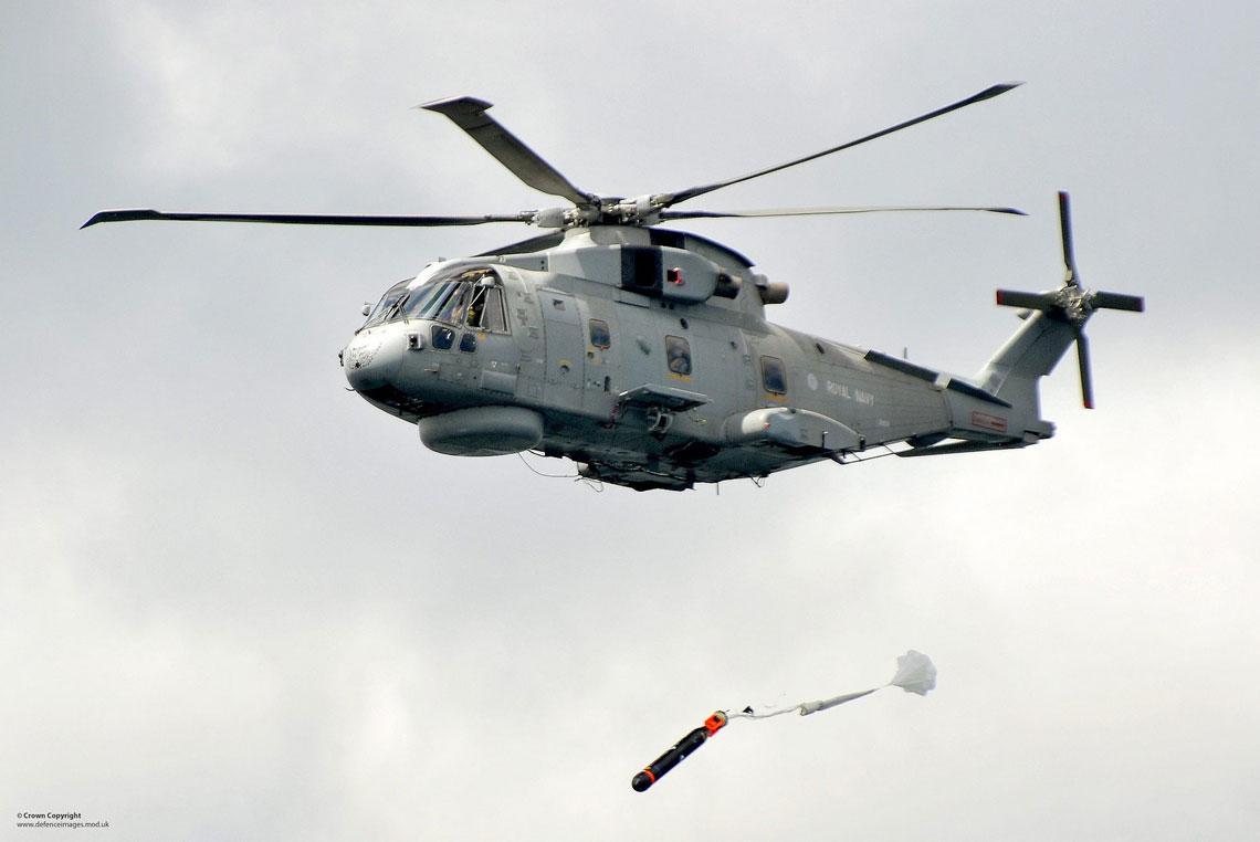 AW101 imponuje zasięgiem i wyposażeniem specjalistycznym, które zapewnia szybkie przeszukanie dużych akwenów morskich, z wysokim prawdopodobieństwem wykrycia podwodnego zagrożenia. Ocenia się, że dwa takie śmigłowce są w stanie kontrolować cały kanał La Manche.