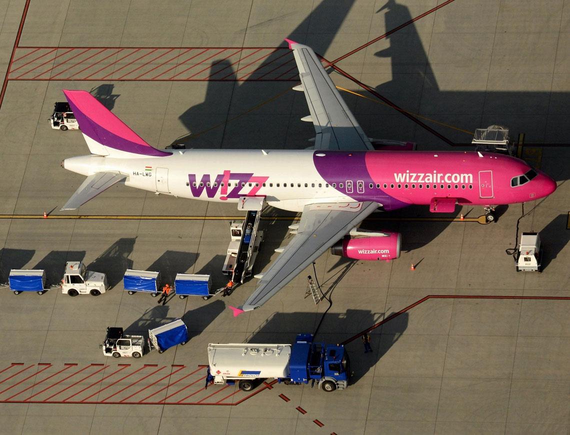 Port Lotniczy Lublin obsłużył 265,1 tys. pasażerów i 3,7 tys. operacji lotniczych. Na zdjęciu obsługa portowa samolotu komunikacyjnego Airbus A320 niskokosztowych linii lotniczych Wizz Air. Fot. Jacek Sim