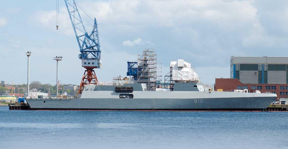 Pierwsza z dwóch algierskich fregat rakietowych typu MEKO A-200AN podczas prac wyposażeniowych w stoczni German Naval Yards Kiel GmbH w Kilonii.