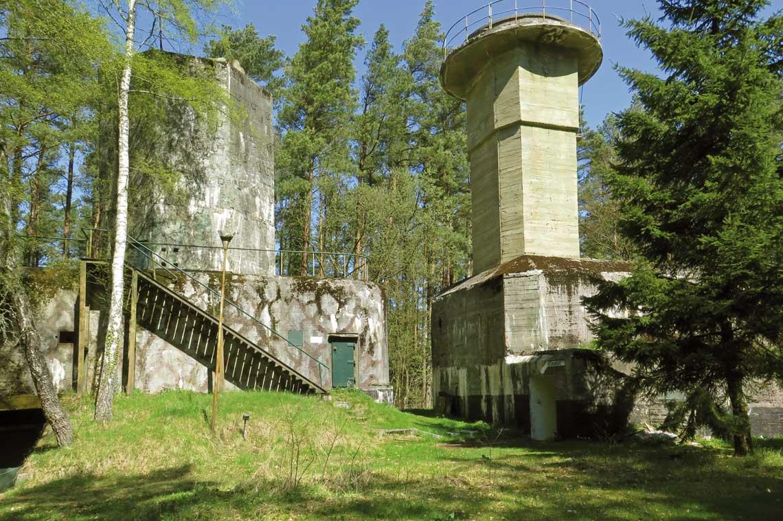 9. Bateria Artylerii Stałej w Ustce. Schrony GPKO (z lewej) i CA z wieżą radaru.