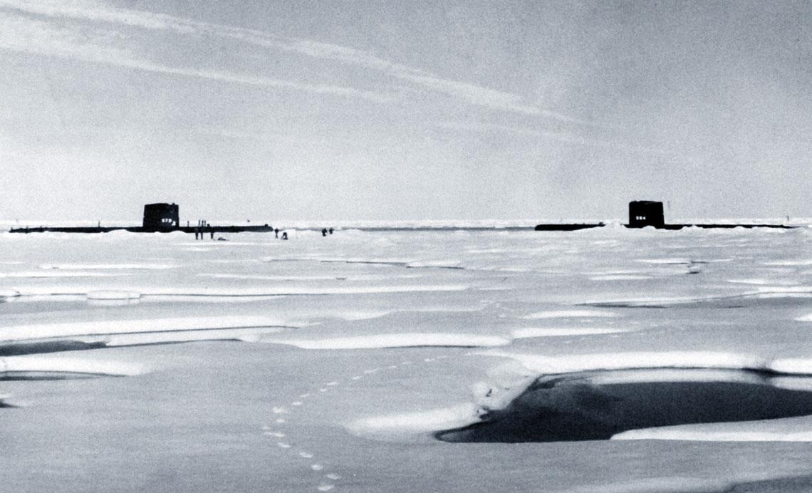 Amerykańskie atomowe okręty podwodne Skate (SSN578) i Seadragon (SSN584) w czasie historycznego rendez-vous na Biegunie Północnym, 22 sierpnia 1962 r. Napęd jądrowy umożliwił okrętom podwodnym na docieranie w nieosiągalne dotąd rejony globu. Fot. NARA