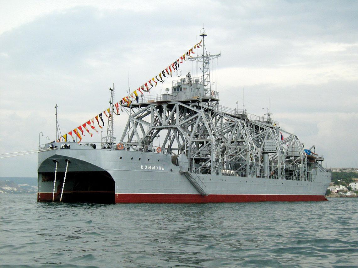 Statek ratowniczy dla okrętów podwodnych Kommuna w gali banderowej. Zdjęcie współczesne. Fot. Witalij W. Kostriczenko