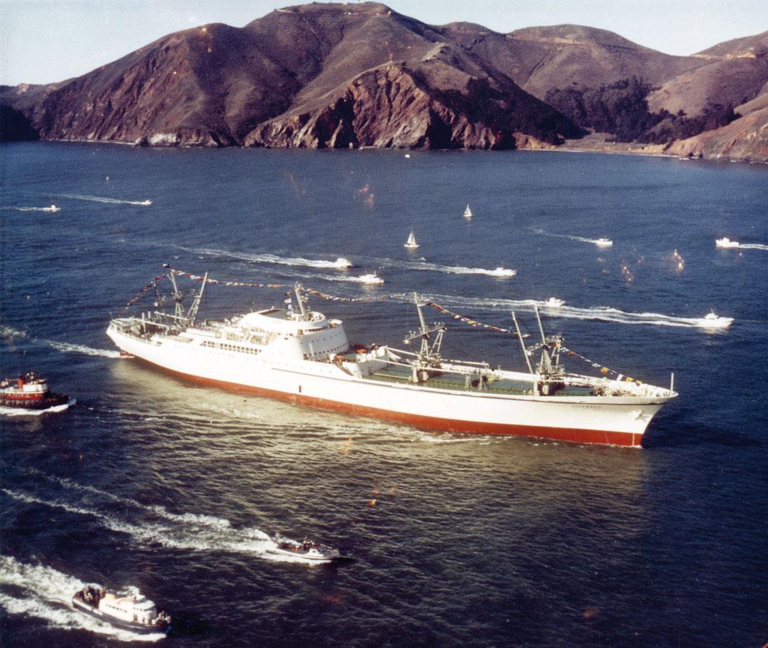 Nuklearne frachtowce. Pierwszy statek atomowy świata Savannah zbliża się do słynnego mostu Golden Gate, 1962 r. Fot. NARA