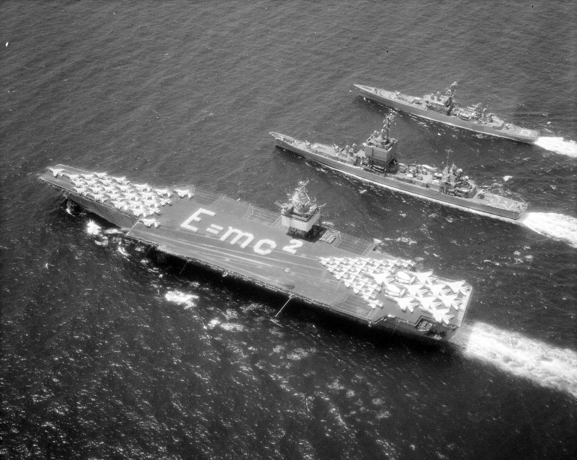 Sea Orbit w toku. Lotniskowiec Enterprise oraz eskortujące go Long Beach i Bainbridge sfotografowane w morzu, 31 lipca 1964 r. Fot. US Navy