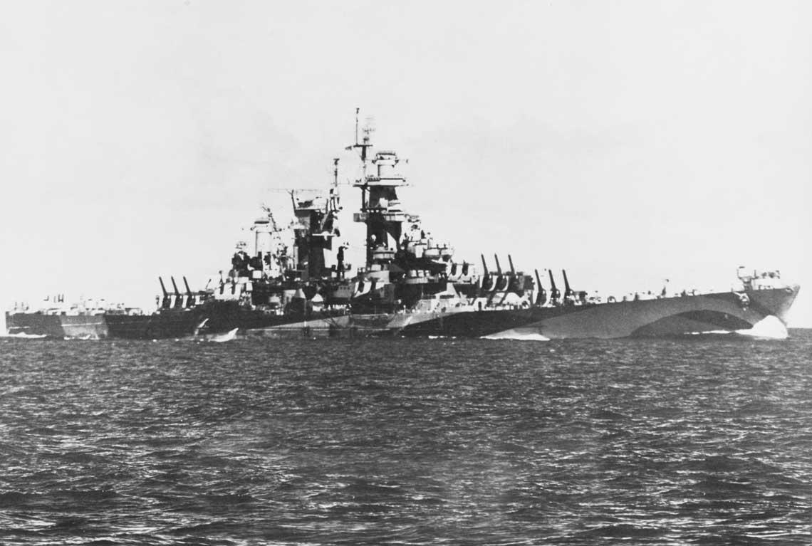Wielkie krążowniki typu Alaska. Wielki krążownik Guam w pełnej krasie podczas ćwiczeń w 1944r.  Fot. NHHC