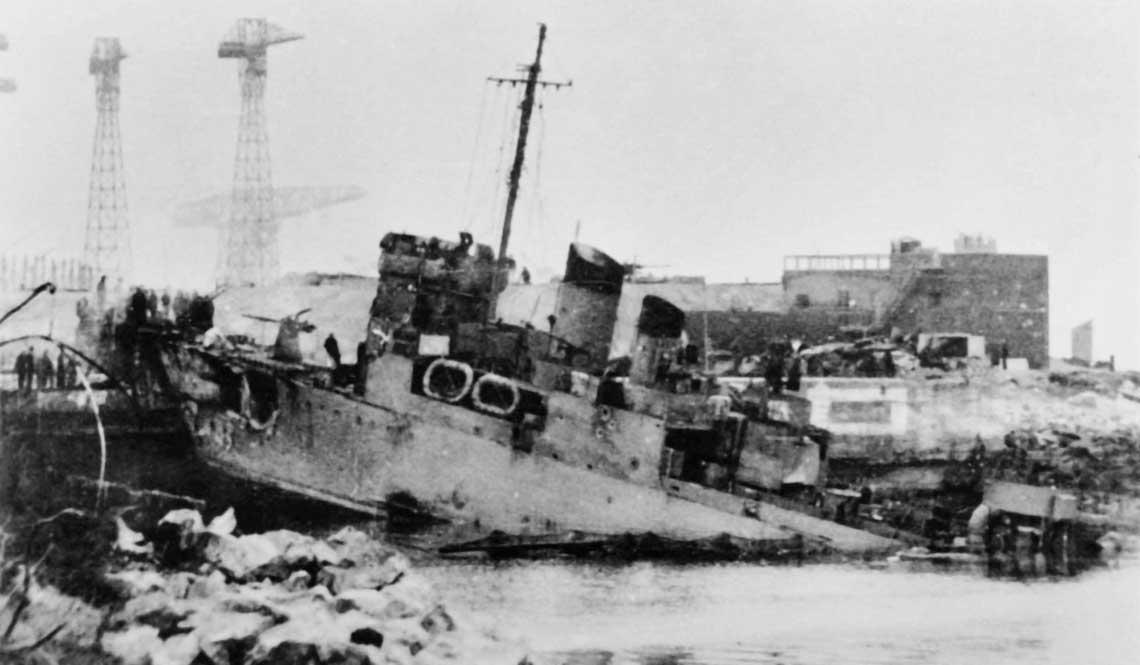 """Rajd na Saint-Nazaire. """"Taranowiec"""" Campbeltown wbity w południową, zewnętrzną bramę doku Normandie. Fot. archiwum redakcji"""