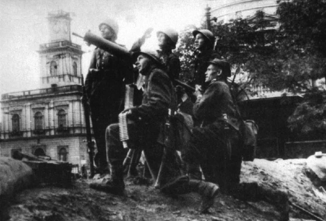 Obrona przeciwlotnicza czynna Warszawy w1939 roku. Warszawa, rejon Dworca Wiedeńskiego (róg ul. Marszałkowskiej i al. Jerozolimskich). Na stanowisku obsługa ckm kalibru 7,92 mm Browning wz. 30 na podstawie przeciwlotniczej.