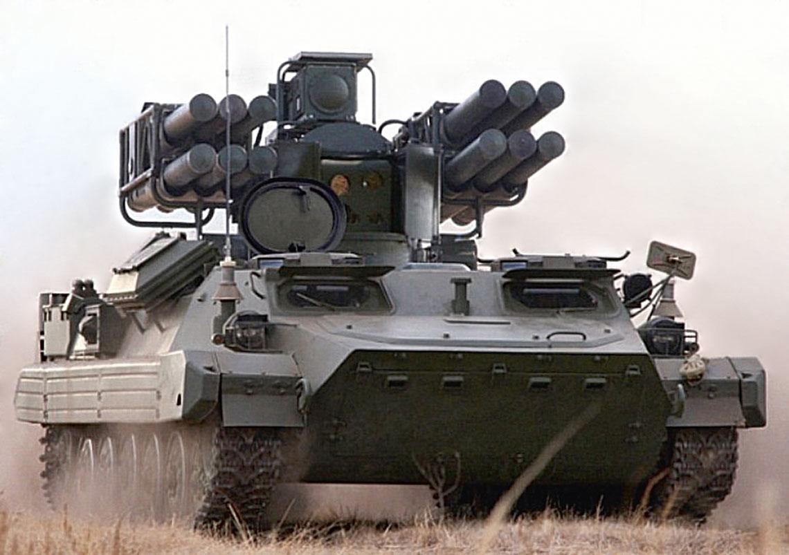 Sosna w marszu. Widać metalowe osłony z boków głowicy optoelektronicznej, chroniące obiektywy przed strumie-niem gazów z silnika startującej rakiety. Nad gąsienicami zamontowano zmodyfikowane fartuchy-pływaki z BMP-2.