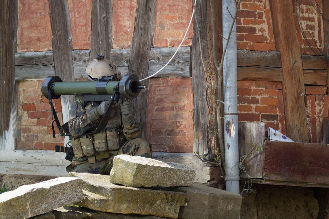 Granatnik RGW 90 HH gotowy do strzału. Widoczna rozłożona sonda gwarantująca kumulacyjne (HEAT) działanie głowicy pocisku. Konstrukcja broni umożliwia wygodne złożenie się do strzału w każdej pozycji.