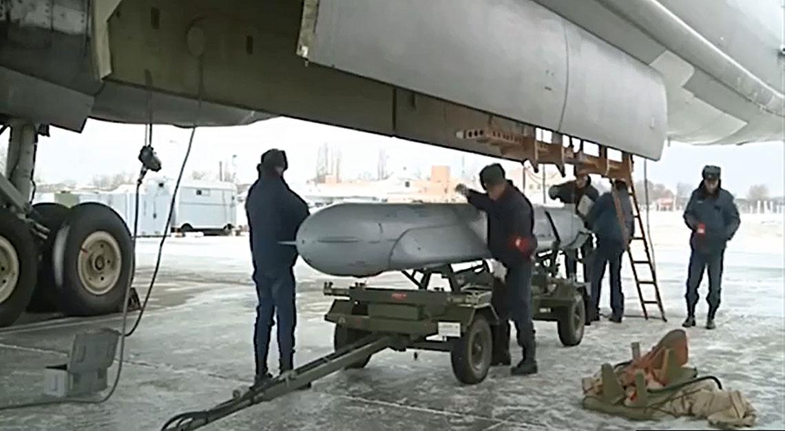 Pocisk Ch-555 przed załadunkiem do komory bombowej nosiciela.