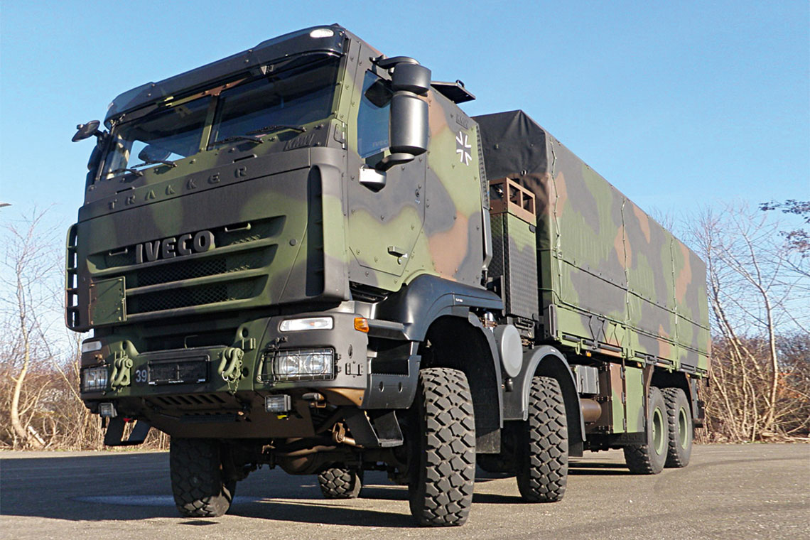 Bundeswehra zamówiła Trakkery w kilku wykonaniach, w tym typu GTF 8×8,TEP-90, STW-8×8, wywrotka – 8×8-FSA, ciągnik siodłowy – 6×6-FSA oraz FTW-6×4. Są wśród nich egzemplarze GTF z integralnie opancerzoną kabiną – kapsułą KMW (na zdjęciu).