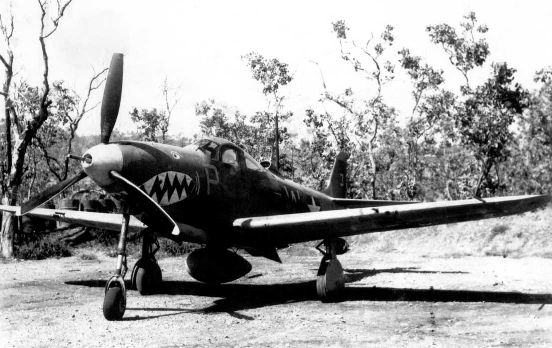 Jeden z P-400 należących do 80. FS ze składu 80. FG. Pod kadłubem dobrze widoczny dodatkowy zbiornik na 75 galonów paliwa.