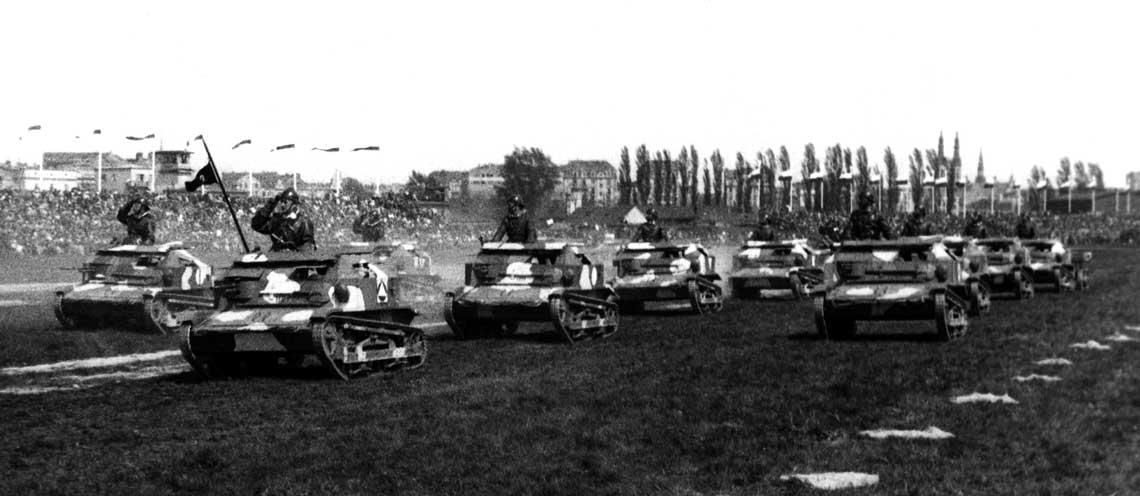 Czołgi rozpoznawcze (tankietki) TK-3 Wojska Polskiego podczas uroczystych defilad z okazji świąt narodowych.