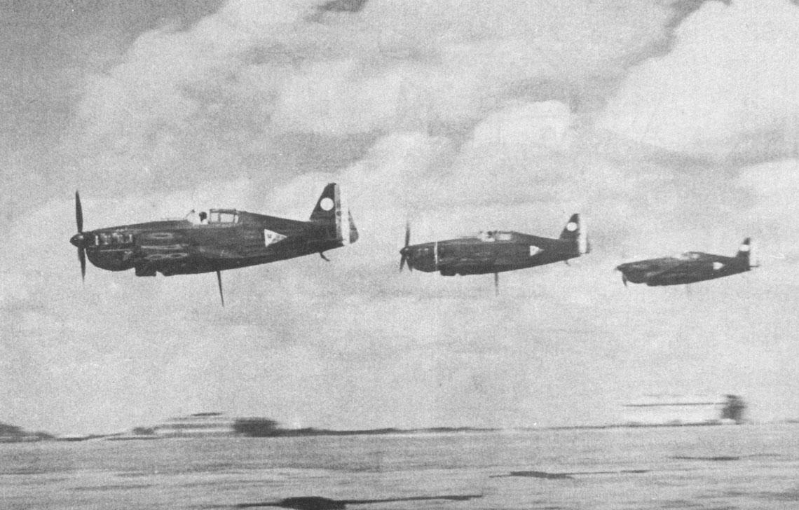 Trzy samoloty myśliwskie Morane-Saulnier MS.406 w niskim przelocie, podczas prezentacji w trakcie międzynarodowego salonu lotniczego w Brukseli, lipiec 1939 r.