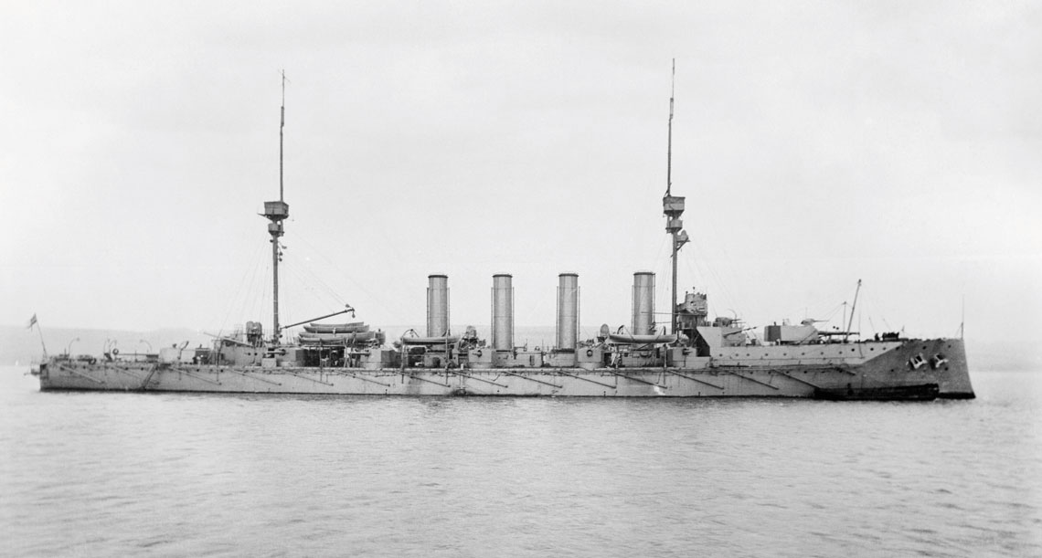 Krążownik pancerny HMS Defence, okręt flagowy Troubridge`a z okresu dowodzenia 1. Eskadrą Krążowników Floty Śródziemnomorskiej. Fot. Imperial War Museum via Wikipedia