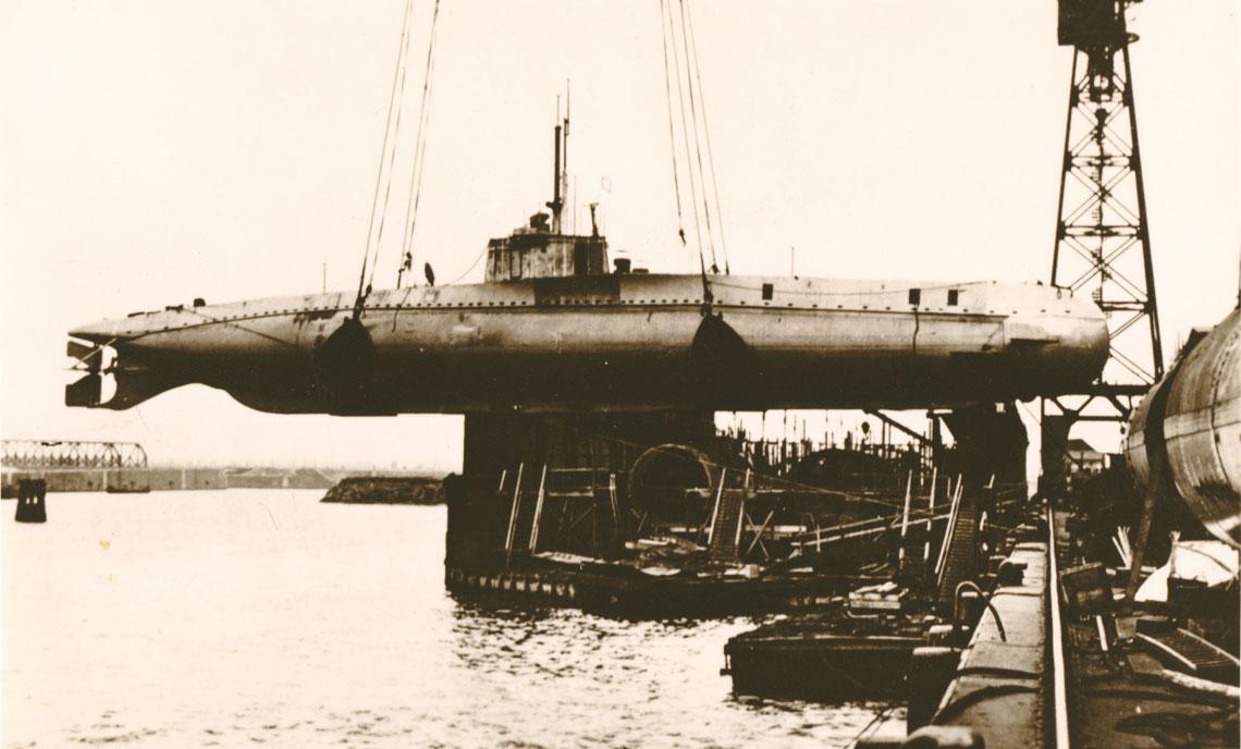 UC2. Stocznia A.G. Vulcan w Hamburgu, maj 1915r., kajzerowski podwodny stawiacz min UC2 w trakcie wodowania.