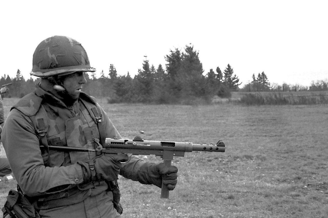 """Żołnierz US Army uzbrojony w""""K-Rifle"""", czyli szwedzki peem Carl Gustav m/45 – szczytowe osiągnięcie ewolucji pistoletów maszynowych wywodzących się z pm Villar-Perosa."""