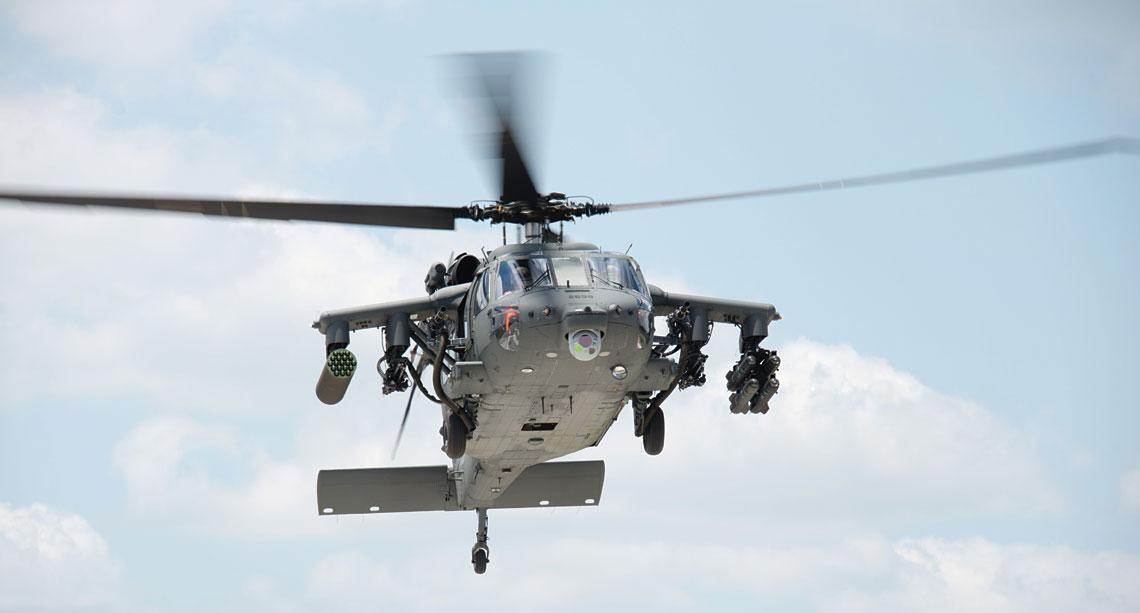 Sikorsky UH-60M Battlehawk przeznaczony dla Sił Zbrojnych Zjednoczonych Emiratów Arabskich w czasie prób integracji uzbrojenia na terenie Stanów Zjednoczonych.