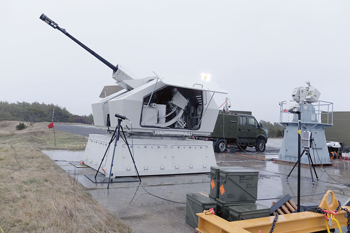 System 35 mm automatycznej armaty morskiej podczas dynamicznych badań strzelaniem na CPSP w Ustce  w grudniu 2015 r. Widoczna AM-35 i ZGS-158M na podstawie.