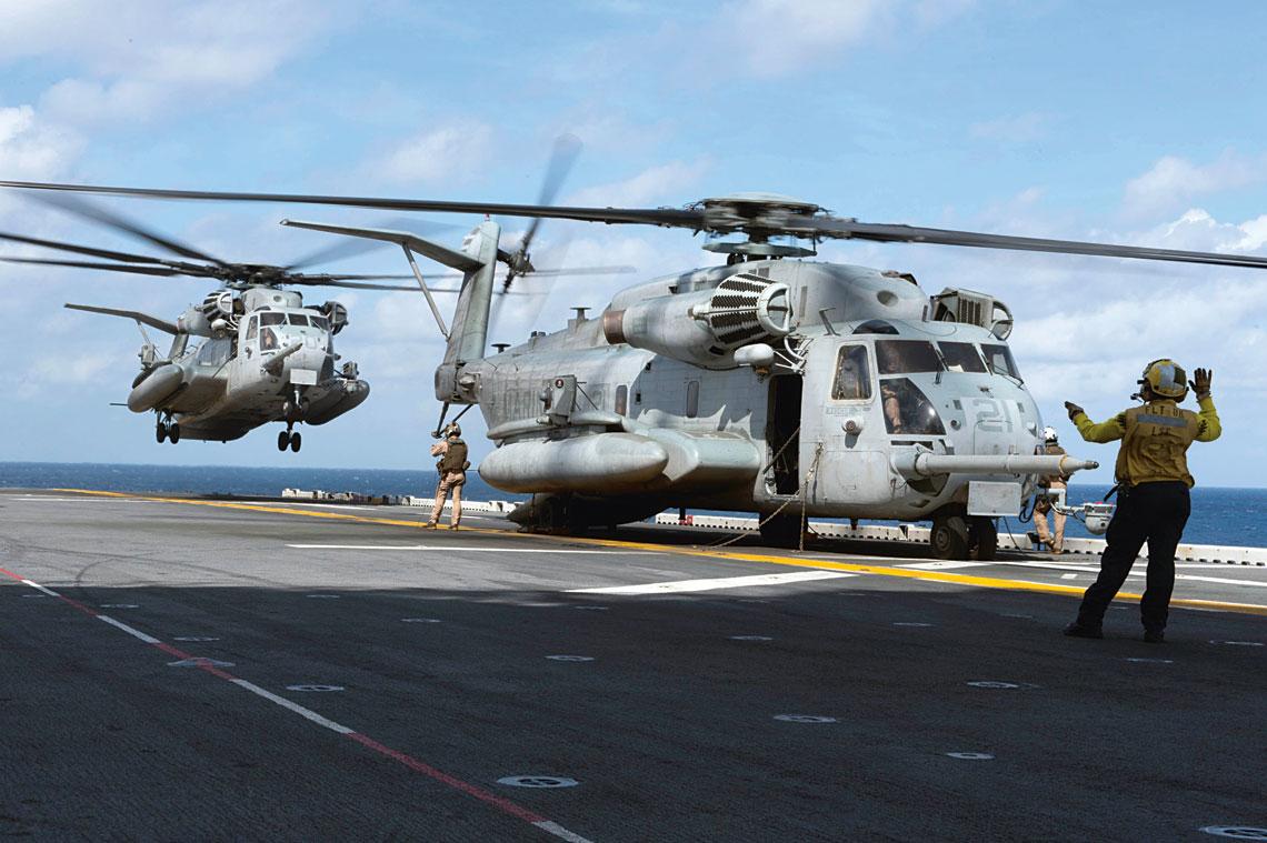 """Dla Marines CH-53E Super Stallion to od lat """"koń roboczy"""", służący do przerzutu ciężkich ładunków i dużych grup żołnierzy."""