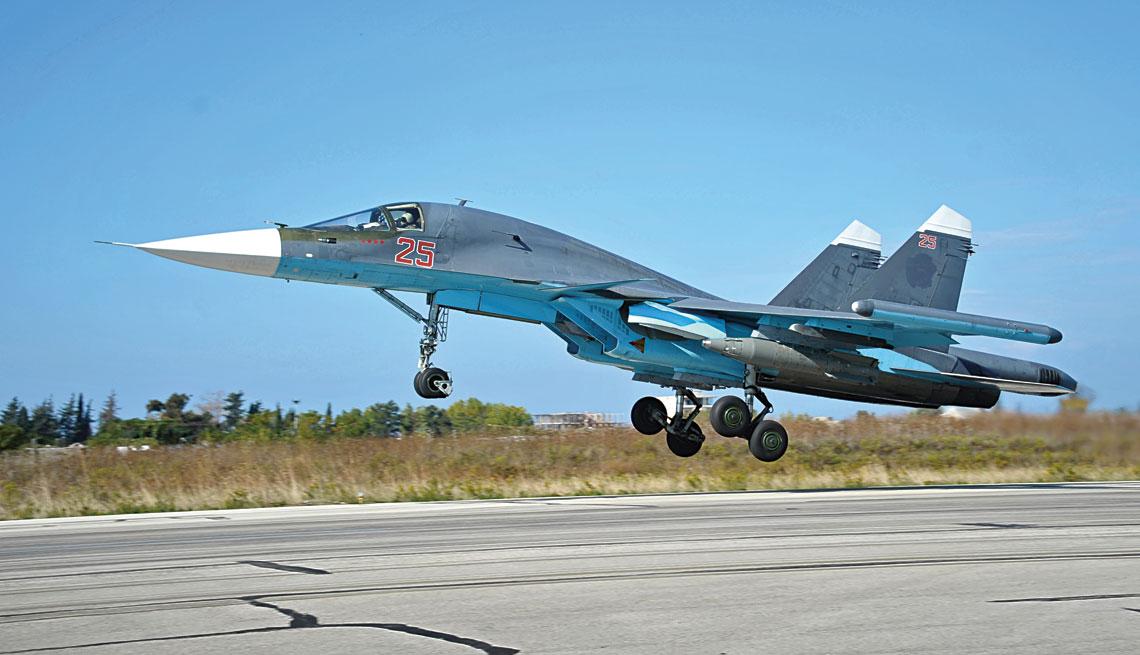 Startujący Su-34 z podwieszoną bombą KAB-1500ŁG. Zdjęcie wykonano w październiku 2015 r. Zwracają uwagę zamalowane znaki rozpoznawcze i cztery gwiazdki pod kabiną oznaczające, że samolot wykonał już 40 lotów bojowych.