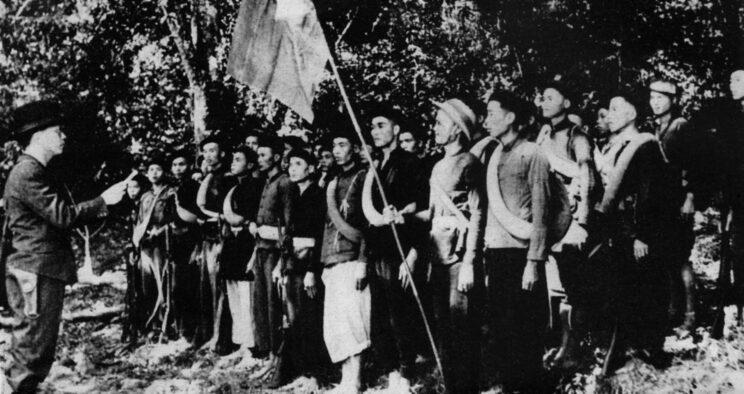 Võ Nguyên Giáp formuje pierwszy zbrojny oddział komunistów. Nikt wówczas nie przypuszczał, że ta zbieranina z 1944 r. stanie się niebawem sprawną i efektywną armią.