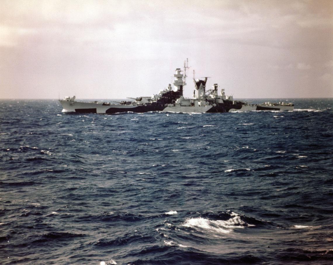 Wielki krążownik USS Alaska podczas rejsu ćwiczebnego w sierpniu 1944r. Fot. NHHC