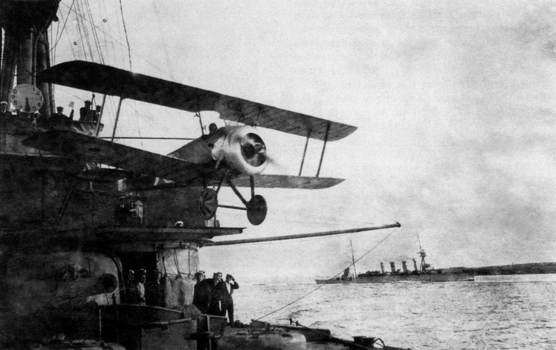 Start samolotu myśliwskiego Sopwith Camel z platformy krążownika Sydney w maju 1918 r.
