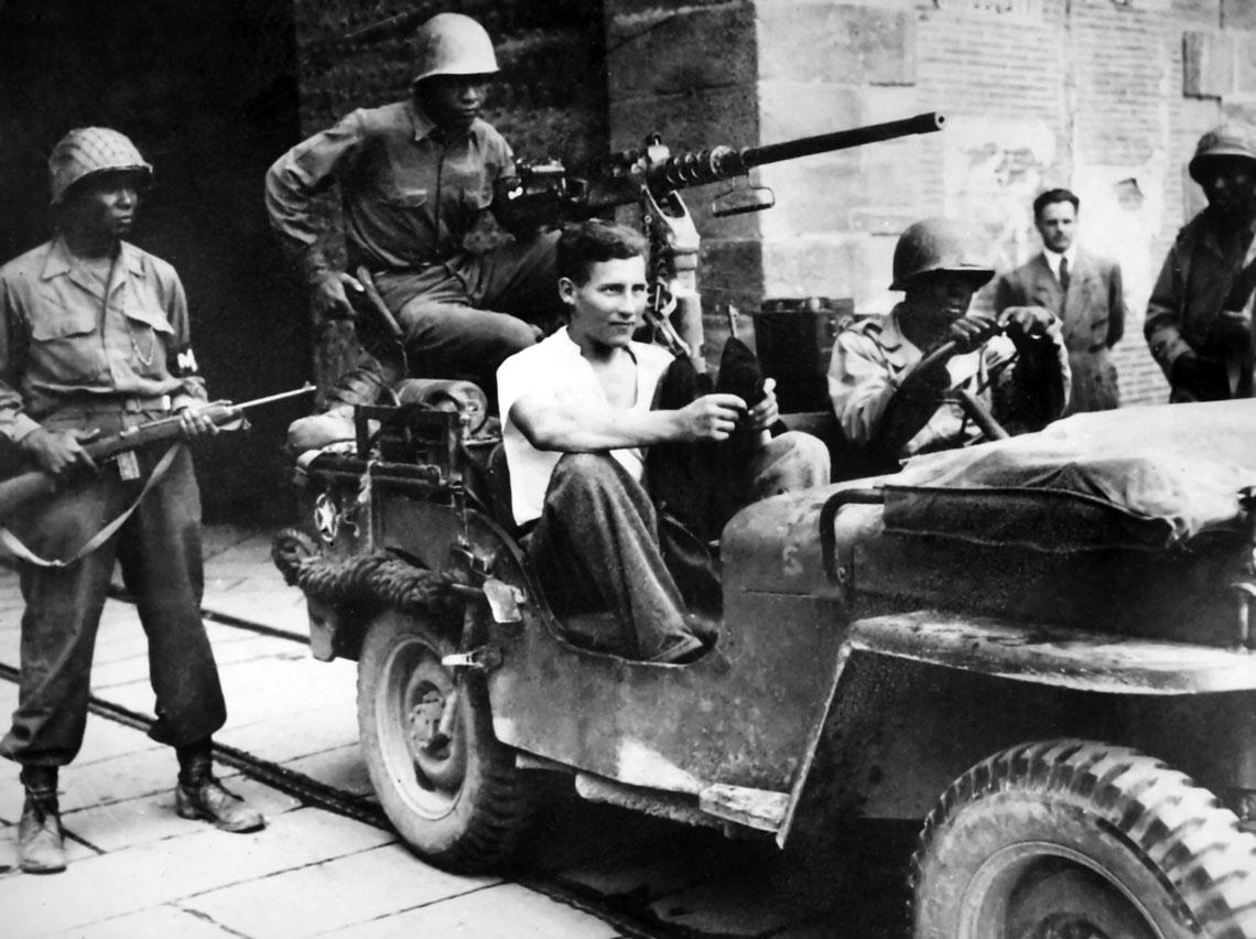 """Żołnierze """"kolorowej"""" 92. DP powracający z sukcesem z patrolu, z niemieckim jeńcem."""