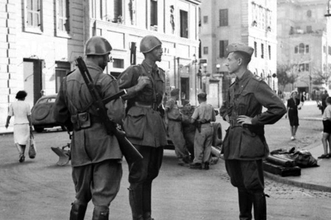 Okupowany sojusznik. Wrzesień 1943 r.: Polizia dell'Africa Italiana – Włoska Policja Afrykańska (wygnana przez aliantów do Europy) – pilnuje porządku w Rzymie. Działo przeciwpancerne na drugim planie jest niemieckie.