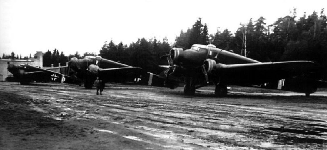 """Włoskie samoloty transportowe Savoia-Marchetti SM.81 na lotnisku w Immola w południowo-wschodniej Finlandii, gdzie dywizjon """"Terraciano"""" stacjonował od 16 czerwca do 2 lipca 1944 r."""