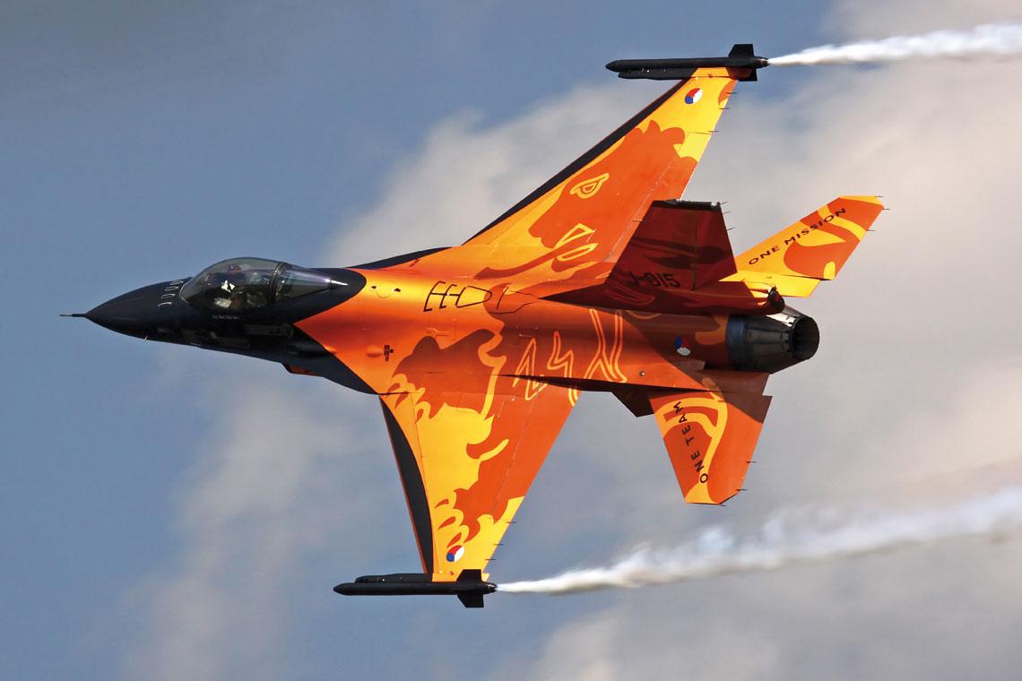 """Najbardziej znanym holenderskim F-16 używanym do pokazów przez RNLAF F-16 Demo Team był ,,Pomarańczowy Lew"""". Fot. Mike Schoenmaker"""