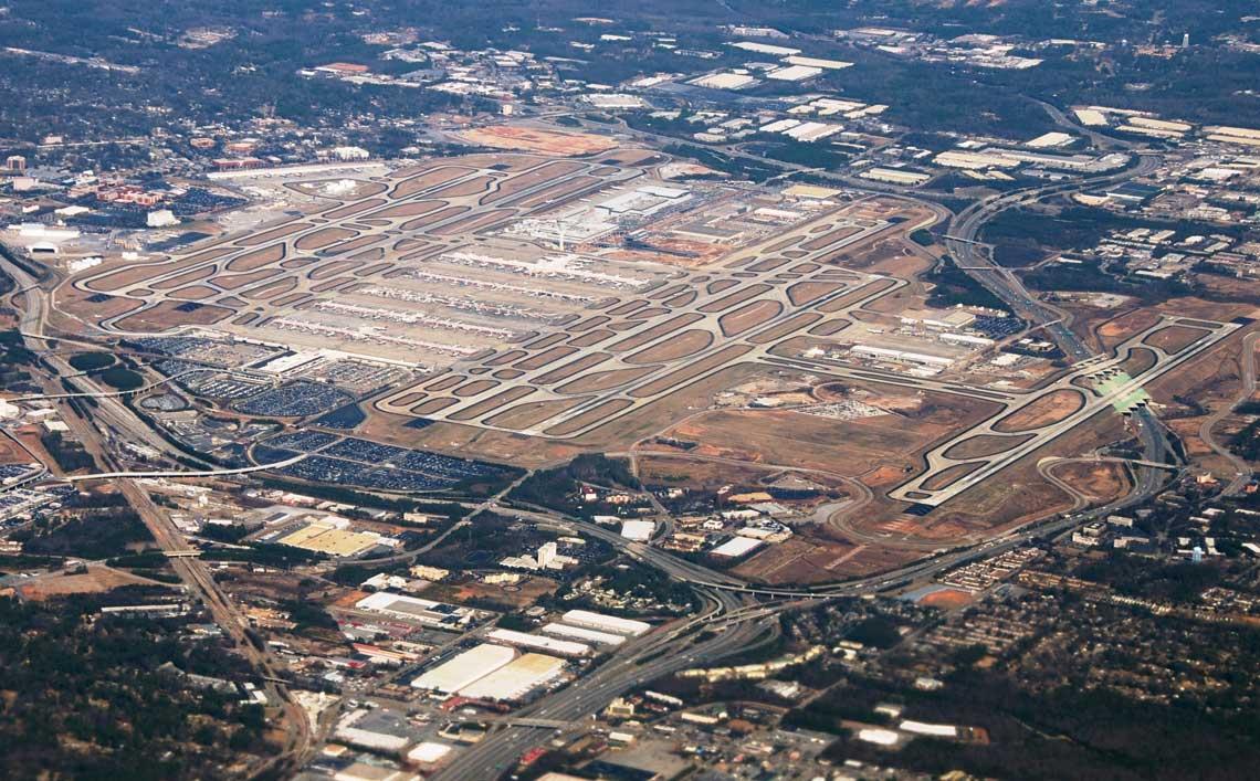 Największe lotnisko świata Atlanta ma pięć dróg startowych, które w ciągu godziny mogą obsłużyć 237 operacji startów i lądowań. Fot. Wikimedia.Commons